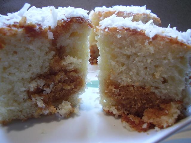 d7a7d795d7a7d795d7a1 d7a8d799d791d7aad797d79cd791 akninm1 - עוגת שיש קוקוס בנגיעות ריבת חלב