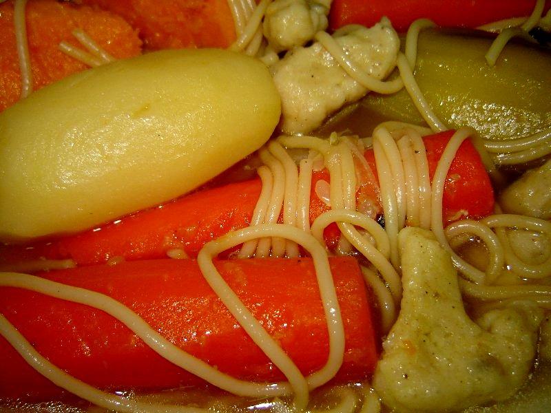 עוף ספגטי ובצקניות - מרק עוף סבתא עם פסטה ובצקניות