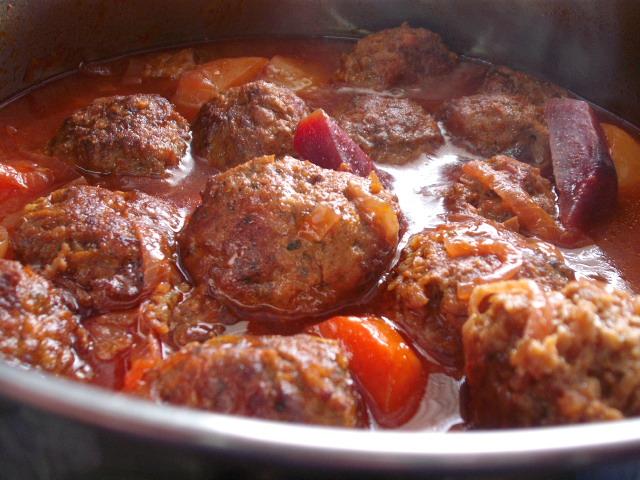 d7a1d79cd7a71 - כדורי בשר עם סלק ברוטב ירקות