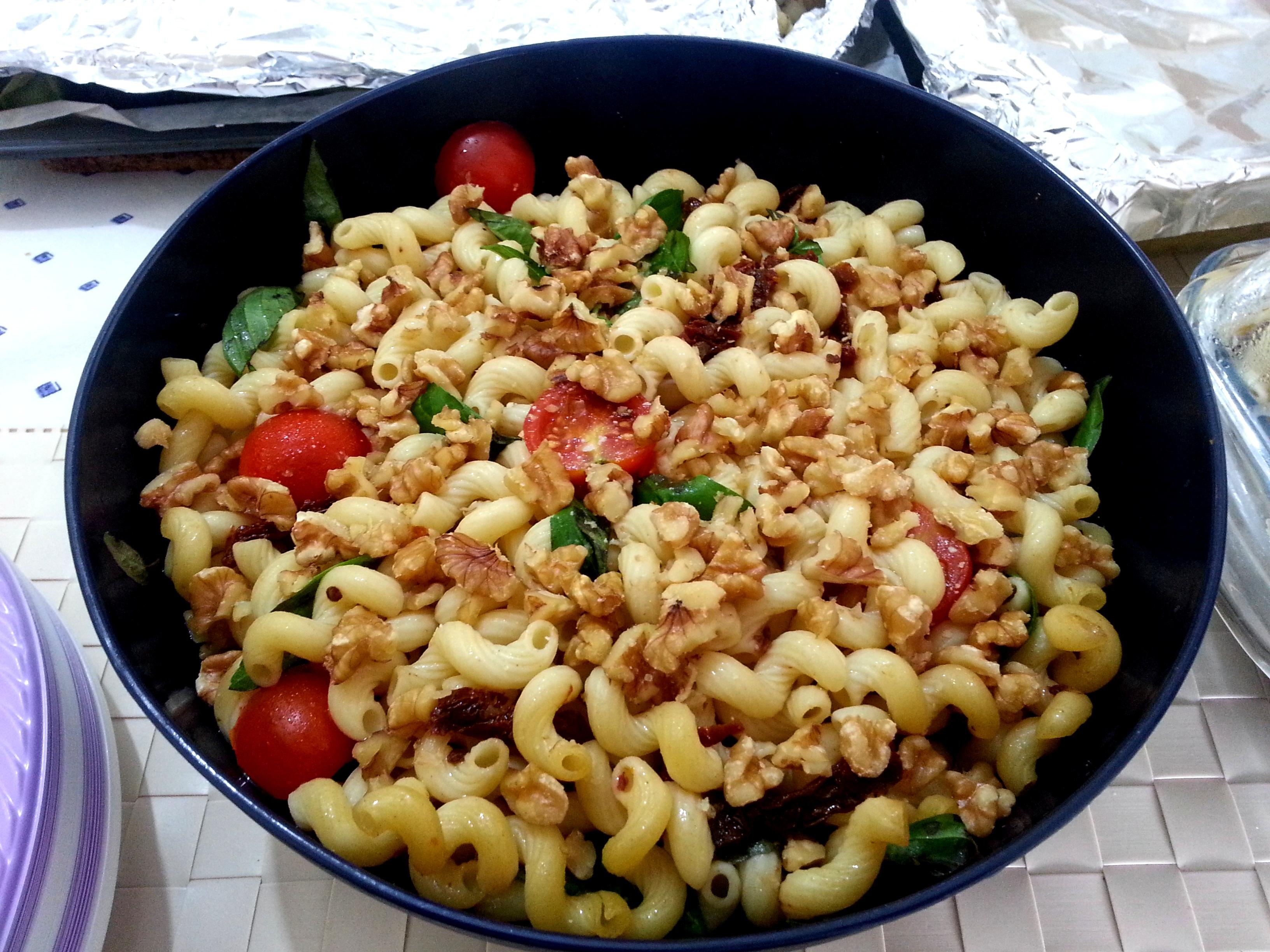 9 - סלט פסטה עגבניות מיובשות ובזיליקום