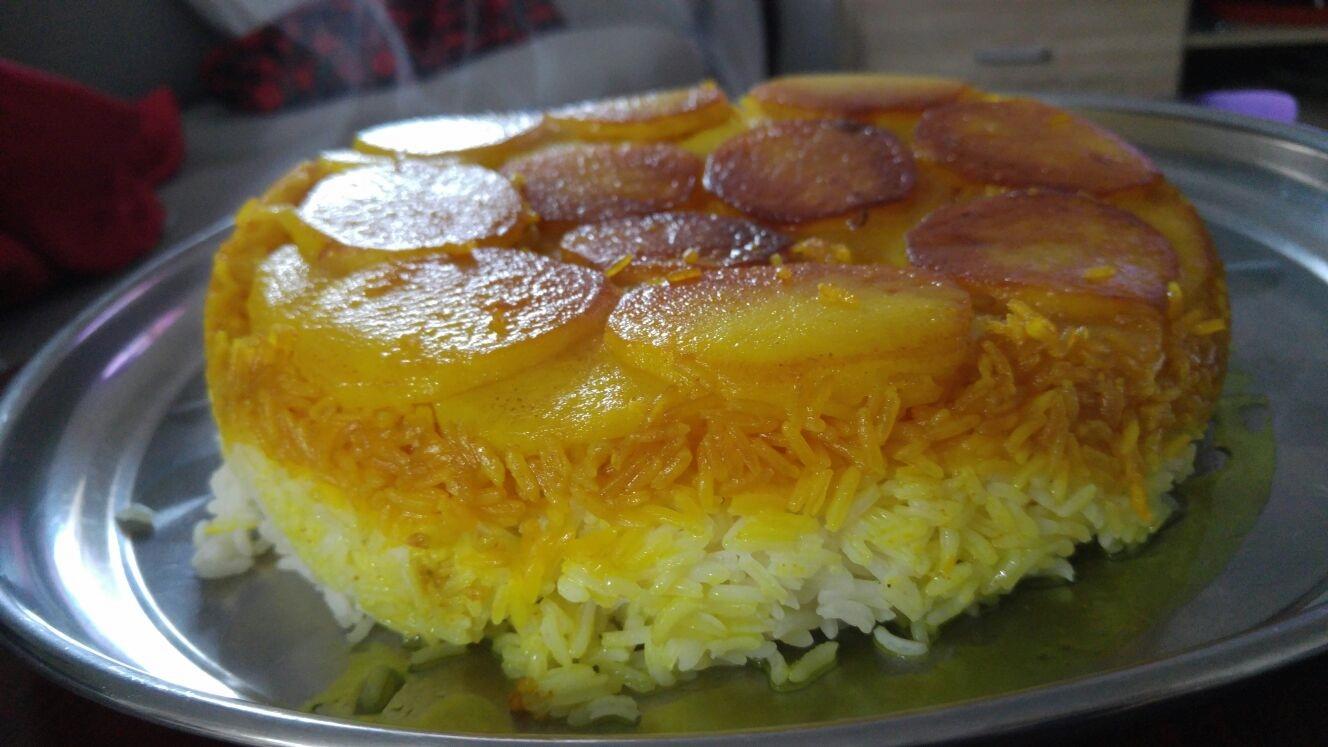 122 1 - אורז פרסי עם כורכום על תחתית תפוחי אדמה