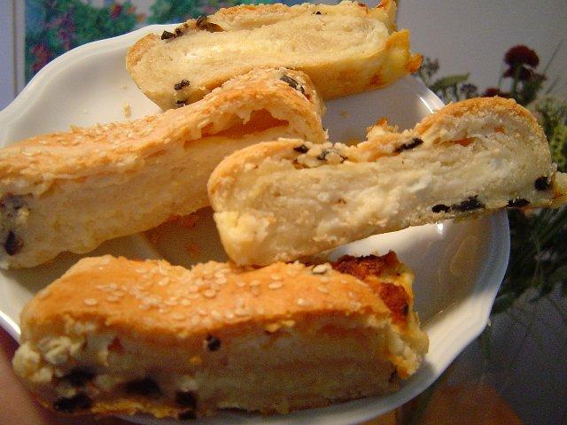d7a9d798d7a8d795d793d79c d796d799d7aa - שטרודל גבינות בבצק משובץ בזיתים שחורים
