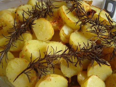 ef6c1ec6 c853 4d5a 9715 b02ee1c63350 1 - תפוחי אדמה (צ'יפס) צלויים בשמן זית שום ומלח גס